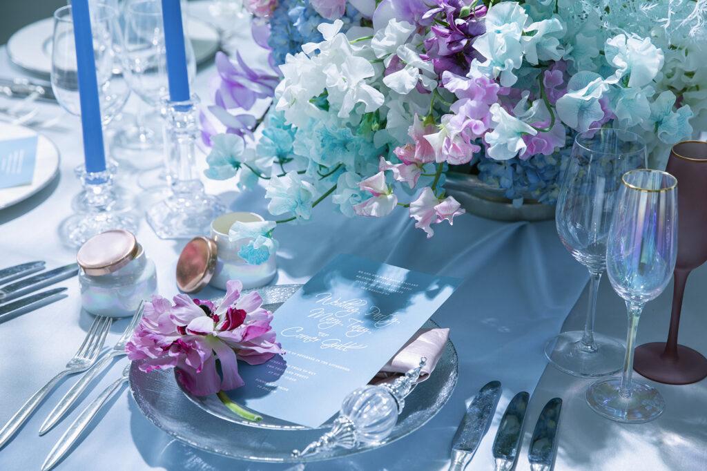 テーブル, 花, 座る, ケーキ が含まれている画像  自動的に生成された説明